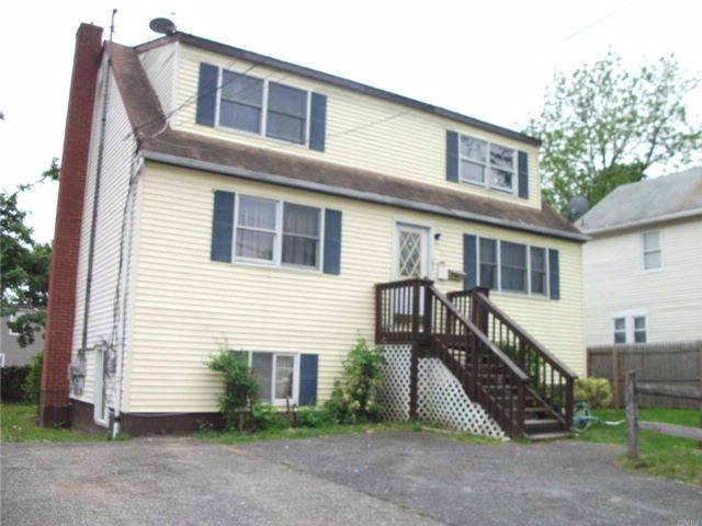 6 BR,  4.00 BTH Cape style home in Huntington Station