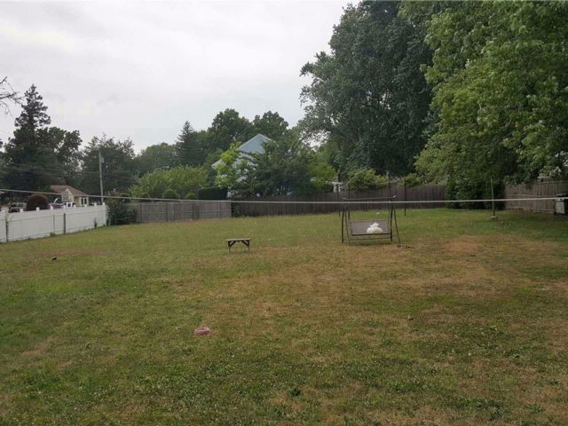 Lot <b>Size:</b> 100X100 &nbsp;Land style home in Central Islip