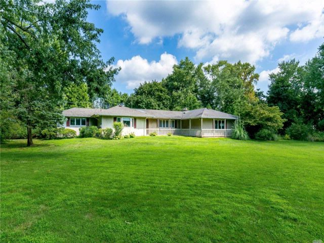 4 BR,  3.50 BTH Ranch style home in Muttontown
