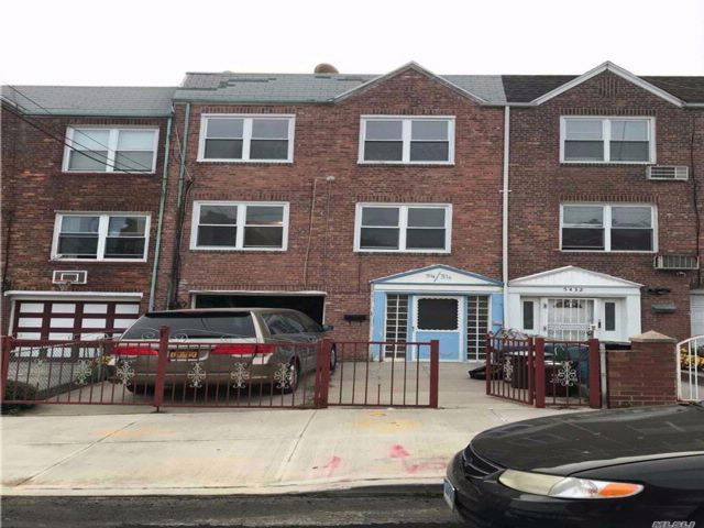 5 BR,  3.00 BTH 2 story style home in Maspeth