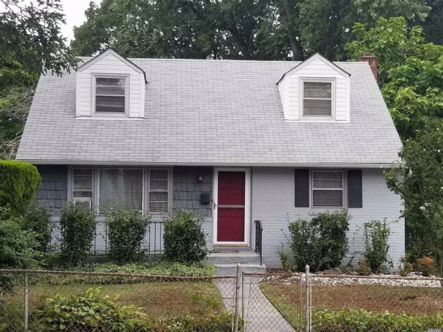 4 BR,  1.50 BTH Cape style home in Roosevelt