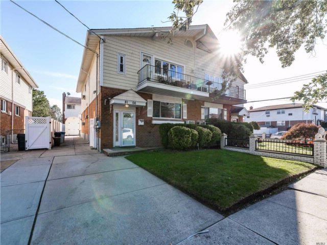 6 BR,  5.00 BTH  2 story style home in Howard Beach