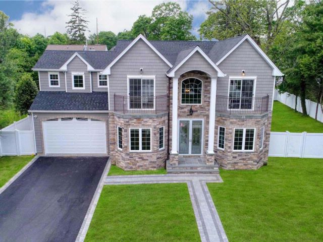 6 BR,  4.50 BTH Colonial style home in Syosset