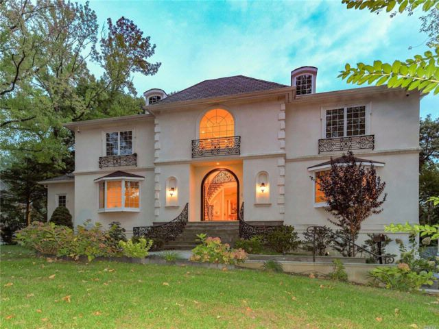 7 BR,  8.55 BTH Colonial style home in Great Neck