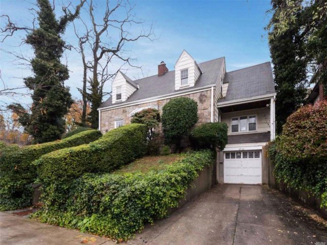 4 BR,  2.50 BTH Cape style home in Holliswood