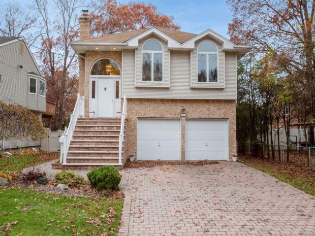 5 BR,  4.00 BTH  Hi ranch style home in East Meadow
