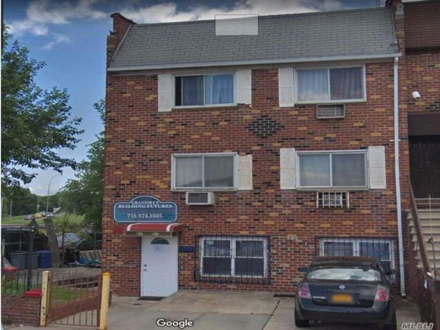 5 BR,  4.00 BTH  Store+dwell style home in Howard Beach