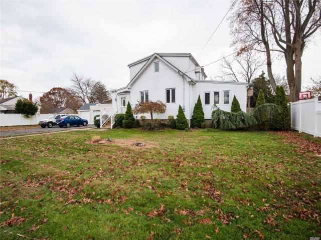 3 BR,  2.00 BTH Other style home in West Babylon