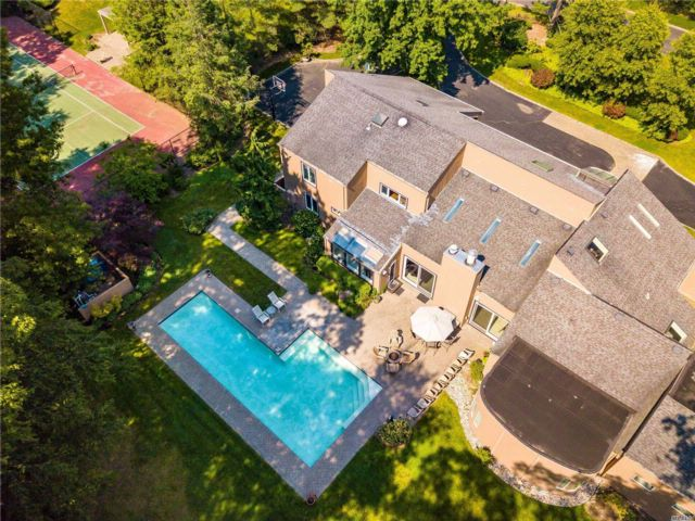 5 BR,  4.50 BTH Contemporary style home in Oyster Bay Cove