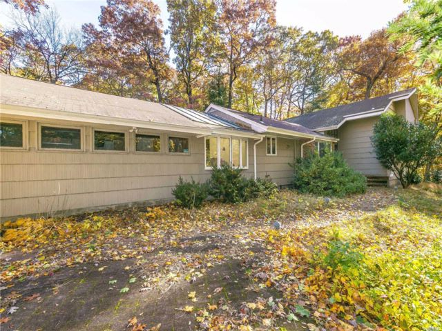 4 BR,  3.00 BTH Split style home in Muttontown