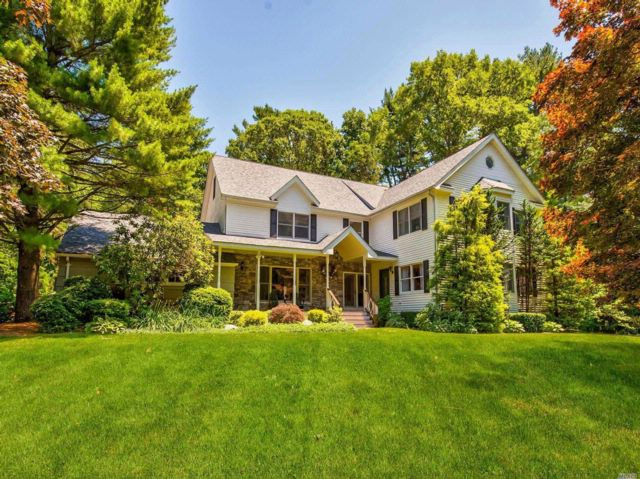 5 BR,  3.50 BTH Colonial style home in Northport