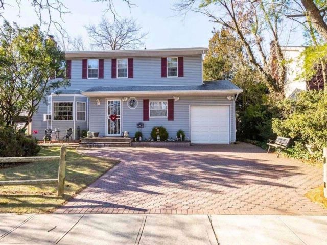 4 BR,  2.50 BTH Colonial style home in East Meadow