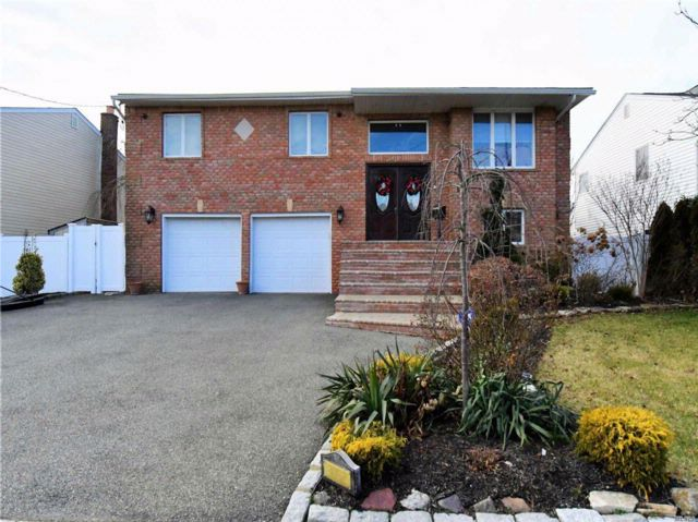 4 BR,  2.50 BTH Hi ranch style home in Bellmore