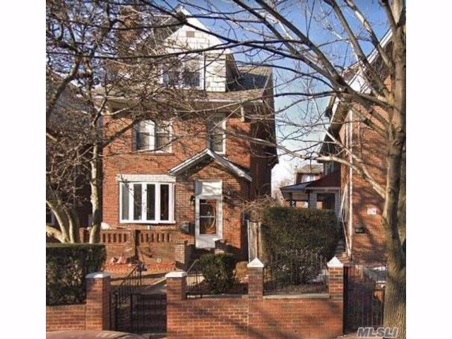 8 BR,  4.00 BTH Colonial style home in Jackson Heights