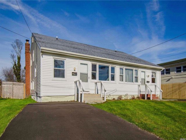 4 BR,  4.00 BTH Duplex style home in Patchogue