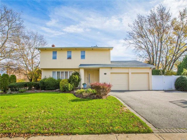 4 BR,  2.50 BTH Colonial style home in Jericho