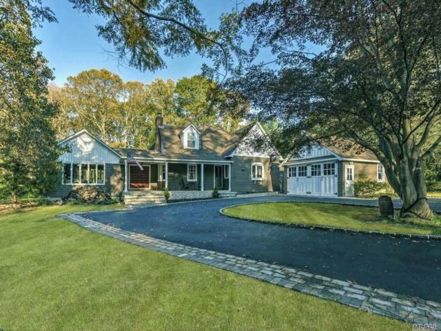 5 BR,  4.50 BTH Traditional style home in Huntington