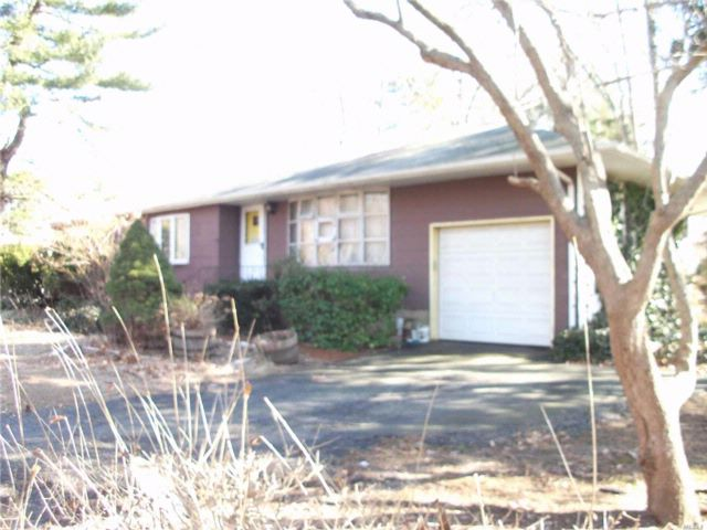 3 BR,  1.00 BTH Ranch style home in Huntington