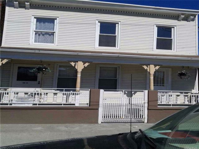 5 BR,  3.00 BTH Colonial style home in Jamaica