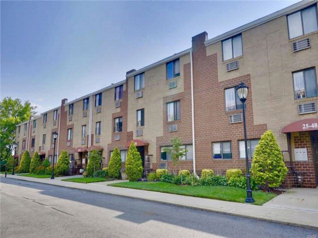 3 BR,  2.00 BTH Condo style home in Flushing