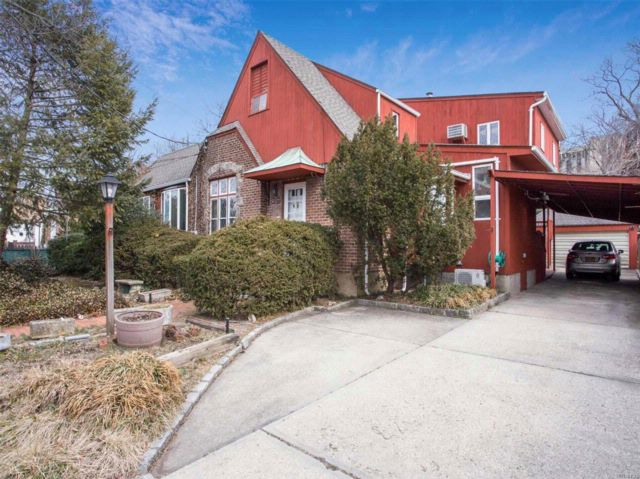 8 BR,  4.50 BTH Colonial style home in East Meadow