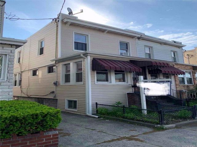 3 BR,  2.50 BTH 2 story style home in Maspeth