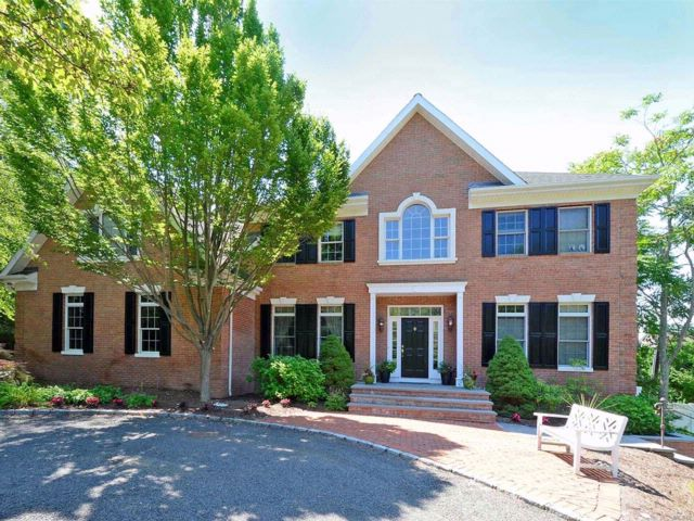 5 BR,  4.55 BTH Colonial style home in Dix Hills
