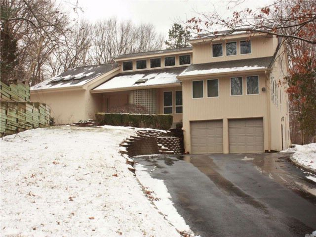 4 BR,  4.50 BTH Contemporary style home in Dix Hills