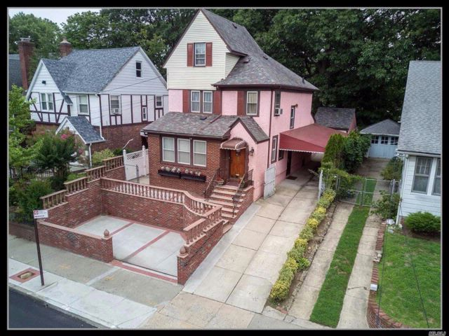 4 BR,  2.50 BTH Colonial style home in Briarwood