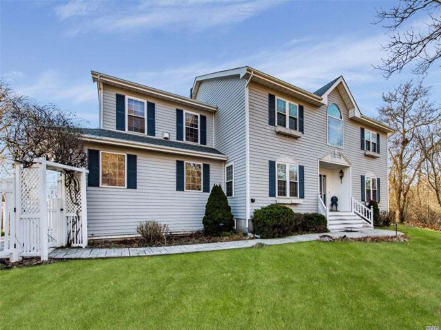 4 BR,  2.50 BTH Contemporary style home in Montauk