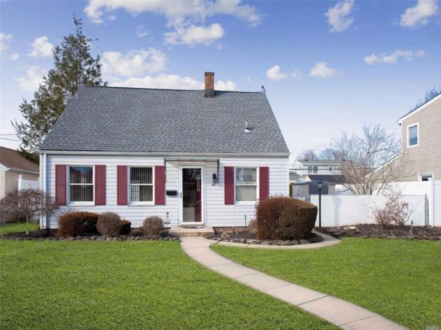 2 BR,  2.00 BTH Cape style home in Levittown