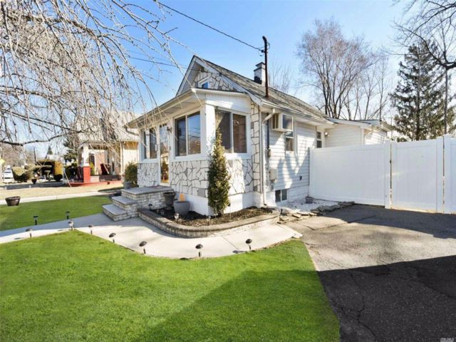 1 BR,  2.00 BTH Ranch style home in Uniondale