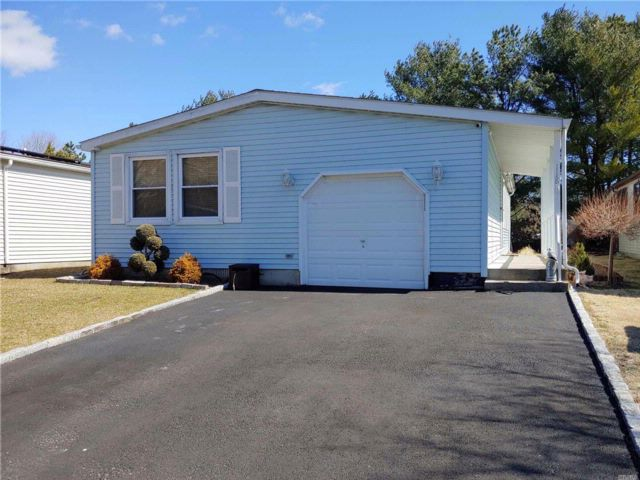 2 BR,  2.00 BTH Homeowner assoc style home in Manorville