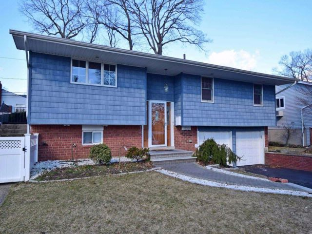 3 BR,  3.00 BTH Hi ranch style home in Merrick