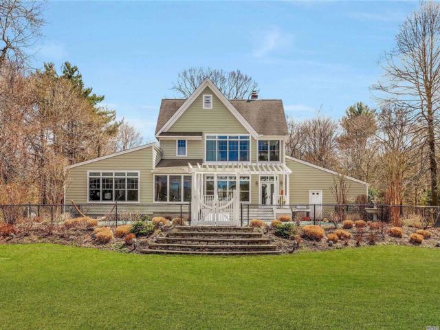 5 BR,  3.00 BTH Contemporary style home in Center Moriches