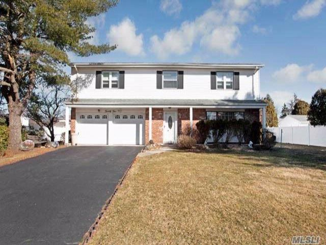 4 BR,  2.50 BTH  Splanch style home in East Northport