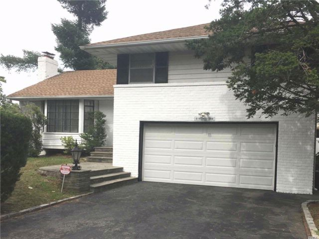 3 BR,  2.50 BTH Split style home in New Hyde Park