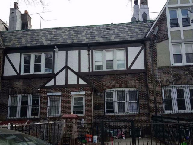 5 BR,  3.00 BTH Colonial style home in Jackson Heights