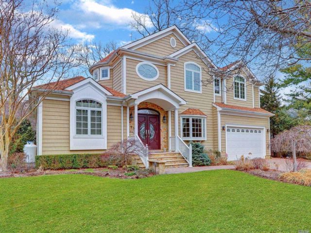 5 BR,  5.00 BTH Colonial style home in Jericho