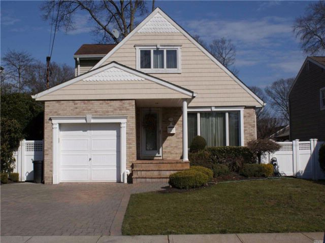 3 BR,  2.50 BTH Cape style home in Wantagh