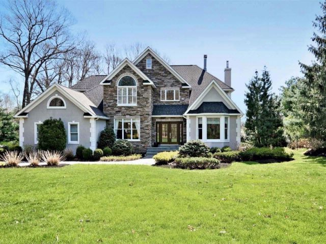 5 BR,  4.50 BTH Colonial style home in Smithtown