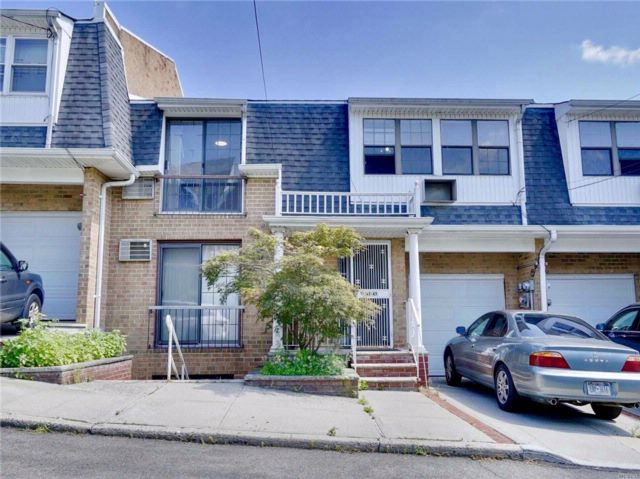 7 BR,  4.00 BTH 2 story style home in Little Neck