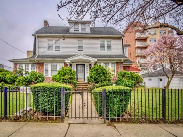 5 BR,  3.55 BTH  Colonial style home in Flushing