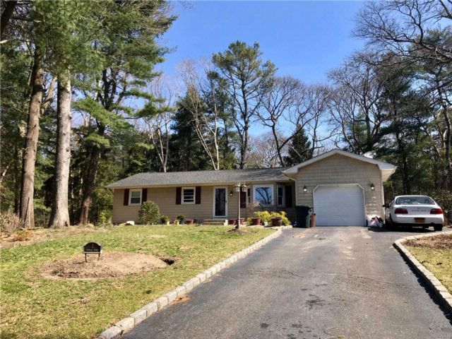 3 BR,  2.50 BTH Ranch style home in Middle Island