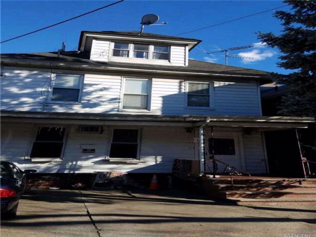 8 BR,  4.00 BTH Colonial style home in Elmhurst