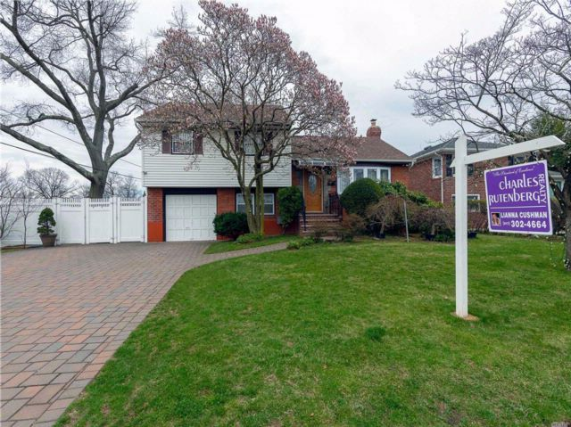 3 BR,  2.00 BTH Split style home in North New Hyde Park
