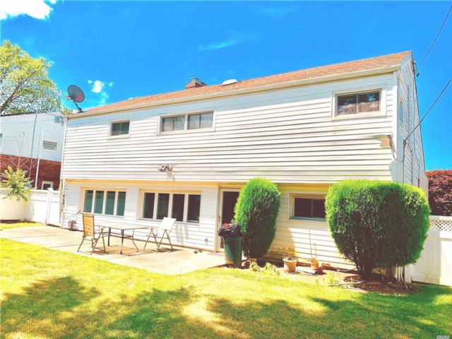 4 BR,  2.50 BTH Split style home in Plainview