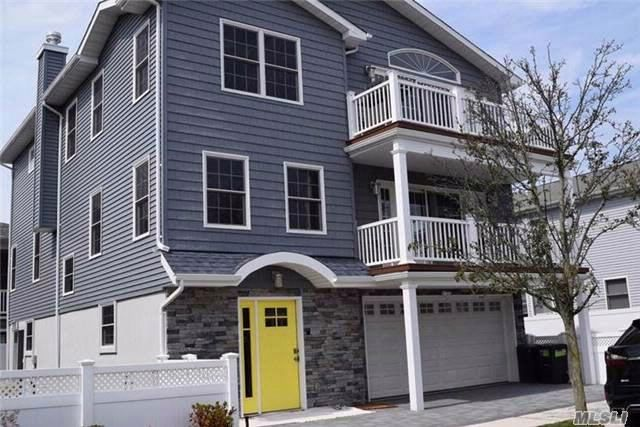 4 BR,  3.00 BTH Colonial style home in Long Beach