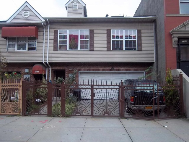 4 BR,  2.00 BTH  2 story style home in Bronx