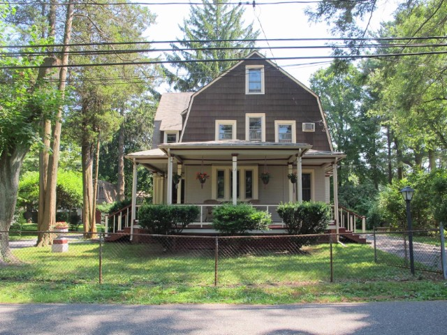 4 BR,  1.50 BTH  Colonial style home in BRENTWOOD